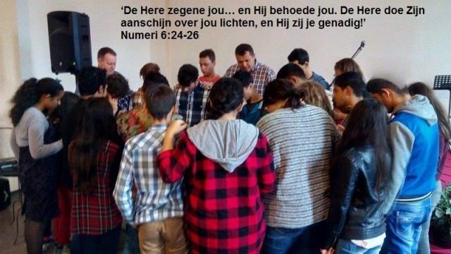 Tieners worden gezegend in Mana-kerk